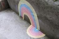 Regenboog met kleur op de stoep